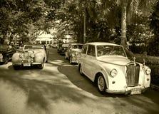 Automobili di trionfo sulla parata dell'automobile dell'annata Fotografia Stock