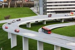 Automobili e bus su una strada del ponte Fotografia Stock