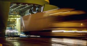 Automobili e camion che escono grande traghetto