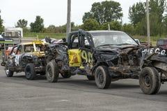 Automobili e camion demoliti dopo il derby di demolizione Fotografie Stock