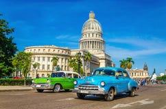 Automobili e Campidoglio americani classici a Avana, Cuba Fotografie Stock Libere da Diritti