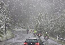 Automobili e motociclette in una bufera di neve, Austria Immagini Stock Libere da Diritti