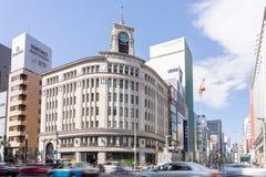 Automobili e pedone che camminano sulla scena della via di traffico all'incrocio di Ginza a Tokyo fotografia stock