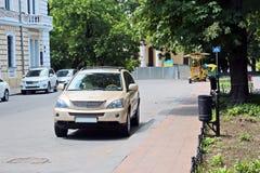Automobili ed il loro vario primo piano delle parti sulle vie di Odessa, Ucraina fotografia stock libera da diritti