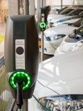 Automobili elettriche che sono ricaricate Fotografia Stock Libera da Diritti