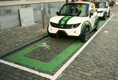 Automobili elettriche di carico parcheggiate Fotografia Stock