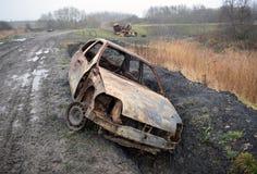 Automobili fuori bruciate rubate sull'orlo di una riserva naturale delle zone umide di RSPB Fotografie Stock