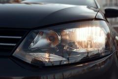 Automobili immerse anteriori luminose dei fari del fascio Immagini Stock