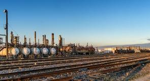 Automobili liquide del treno in una raffineria Immagine Stock Libera da Diritti