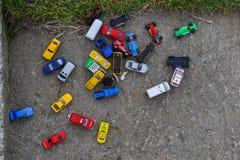Automobili multiple del giocattolo sulla terra del gioco immagine stock