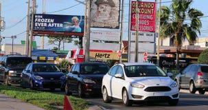 Automobili nel traffico di ora di punta che aspetta alla luce rossa di arresto in U.S.A. stock footage