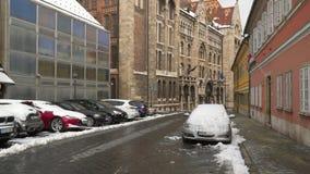 Automobili nella neve sulla via di Budapest archivi video