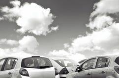 Automobili parcheggiate in bianco e nero Immagini Stock