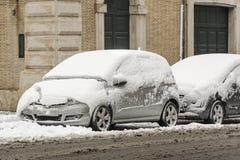 Automobili parcheggiate coperte di neve Fotografie Stock Libere da Diritti