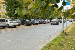 Automobili parcheggiate lungo la strada Fotografia Stock