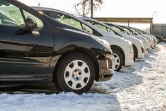 Automobili parcheggiate sopra molto Fila di nuove automobili sul parcheggio del commerciante di automobile Fotografie Stock Libere da Diritti