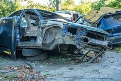 Automobili smantellate automobili per riciclare scarico di vecchie automobili Fotografia Stock