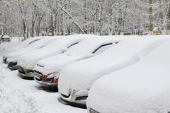 Automobili sotto la neve Precipitazioni nevose nella città Fotografia Stock