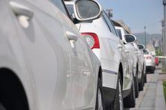 Automobili sportive bianche parcheggiate Immagini Stock Libere da Diritti