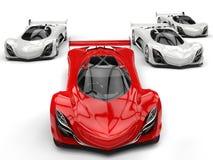 Automobili sportive futuristiche della corsa di concetto che corrono - rosso davanti a tutti i bianchi royalty illustrazione gratis