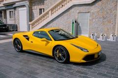 Automobili sportive sulla spiaggia nel Monaco fotografie stock