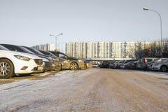 automobili su un parcheggio dell'automobile a Mosca immagine stock