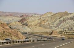 Automobili su una strada della montagna che passa con il colore più bello fotografie stock