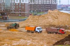 automobili sul fondo delle costruzioni dell'iarda della costruzione Fotografia Stock Libera da Diritti