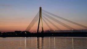 Automobili sul ponte di cavo sopra il cielo di tramonto archivi video