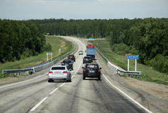 Automobili sull'itinerario russo M52 (R256) di еhe, anche conosciuto come la strada principale di Chuya o Chuysky Trakt da Novos Immagine Stock