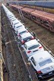 Automobili sulla consegna attendente del treno Fotografia Stock