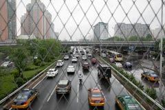 Automobili sulla strada al di sotto di un giorno nuvoloso e piovoso immagine stock libera da diritti