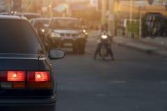 Automobili sulla strada alla sera fotografie stock libere da diritti