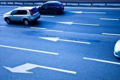 Automobili sulla strada asfaltata con i poits fotografia stock