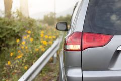 Automobili sulla strada il giorno immagini stock