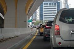 Automobili sulla strada in ingorgo stradale fotografia stock
