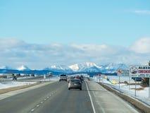 Automobili sulla strada principale AB-1 del Trans-Canada da Calgary a Banff fotografie stock
