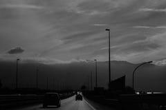 Automobili sulla strada in Sicilia al mezzogiorno in punto Fotografie Stock Libere da Diritti