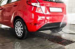 Automobili in un carwash Fotografia Stock