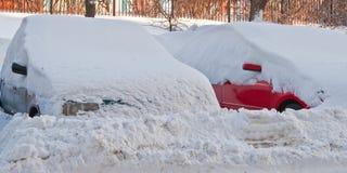 Automobili in una presa della neve Immagini Stock