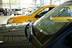 Automobili in una sala d'esposizione Immagine Stock Libera da Diritti