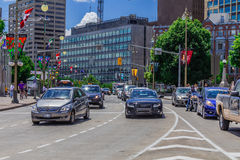 Automobili in una via Immagini Stock Libere da Diritti