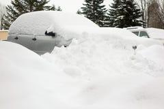 Automobili in una via coperta da molta neve Fotografia Stock Libera da Diritti
