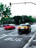 Automobili veloci del taxi in un traffico della via fotografia stock