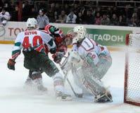 Automobilist d'hockey de KHL contre des bars d'AK photographie stock