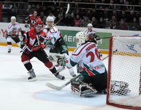 Automobilist d'hockey de KHL contre des bars d'AK photo stock