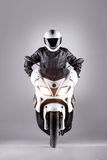 Automobilist op een motorfiets stock foto's