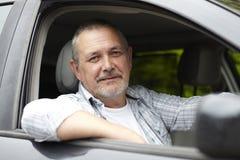 Automobilista maturo che osserva dalla finestra di automobile Fotografie Stock Libere da Diritti