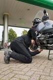 Automobiliste, contrôlant le niveau de pétrole Photos libres de droits