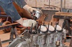 Automobilowy mechanik demontuje samochodowego silnika z spanner podczas obraz royalty free
